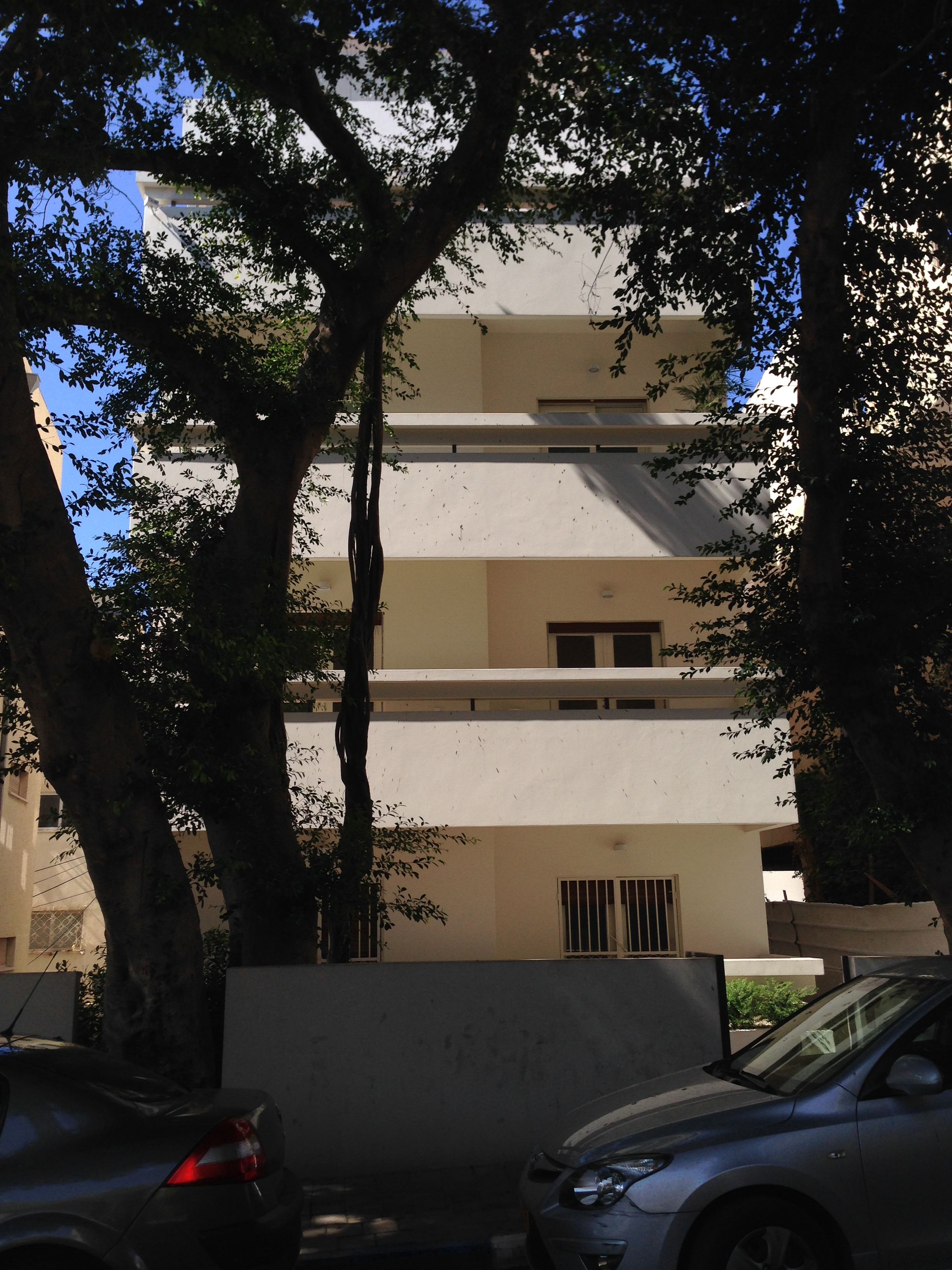 2BR Apartment in a Classic Bauhaus Next to the Sea in Central Tel Aviv